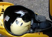 Il vano sottosella è abbastanza ampio e permette l'alloggiamento di un casco