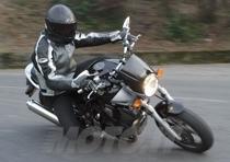I 229,5 Kg a secco dichiarati dalla Yamaha abbinati ad un set up delle sospensioni tutt'altro che hard, suggeriscono una condotta di guida pulita e priva di nervosismi