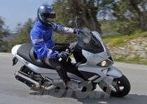 Posizione di guida rivista per entrambi e decisamente atipica per la categoria scooter