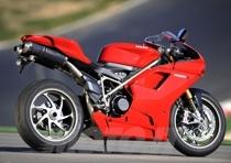 L'incremento di cilindrata è stato ottenuto mediante l'adozione dello stesso alesaggio della moto da competizione