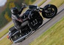 Non più cruiser, ma una moto più orientata al mondo delle streetfighter