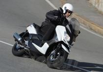 Spostandosi al di fuori della città e percorrendo strade più veloci, si può constatare l'effettivo miglioramento della protezione aerodinamica